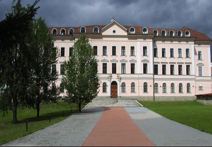 Історія Університет Матея Бела (UMB)